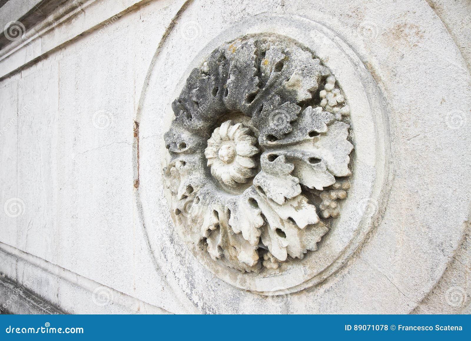 Szczegół rzeźbiący kurenda kamienia kwiat