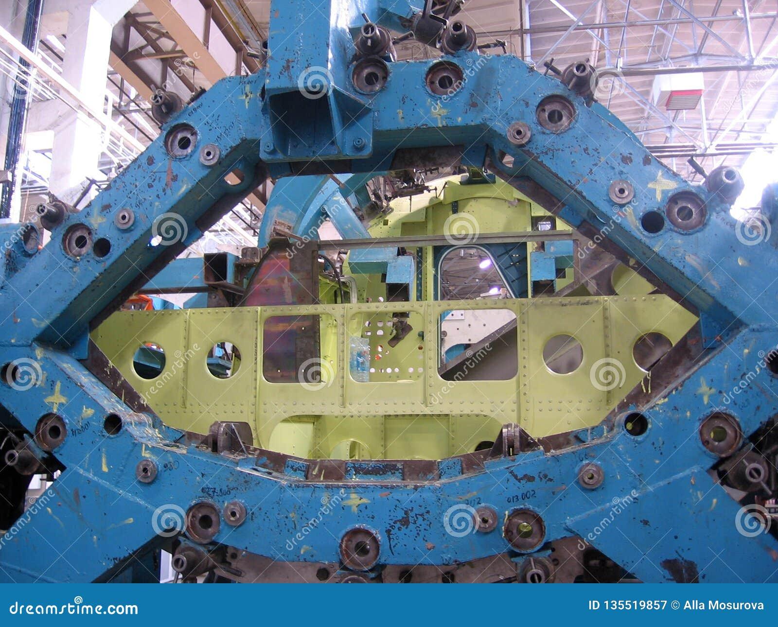 Szczegół samolotu wojskowego SU kadłuba myśliwski zgromadzenie w samolot fabryce