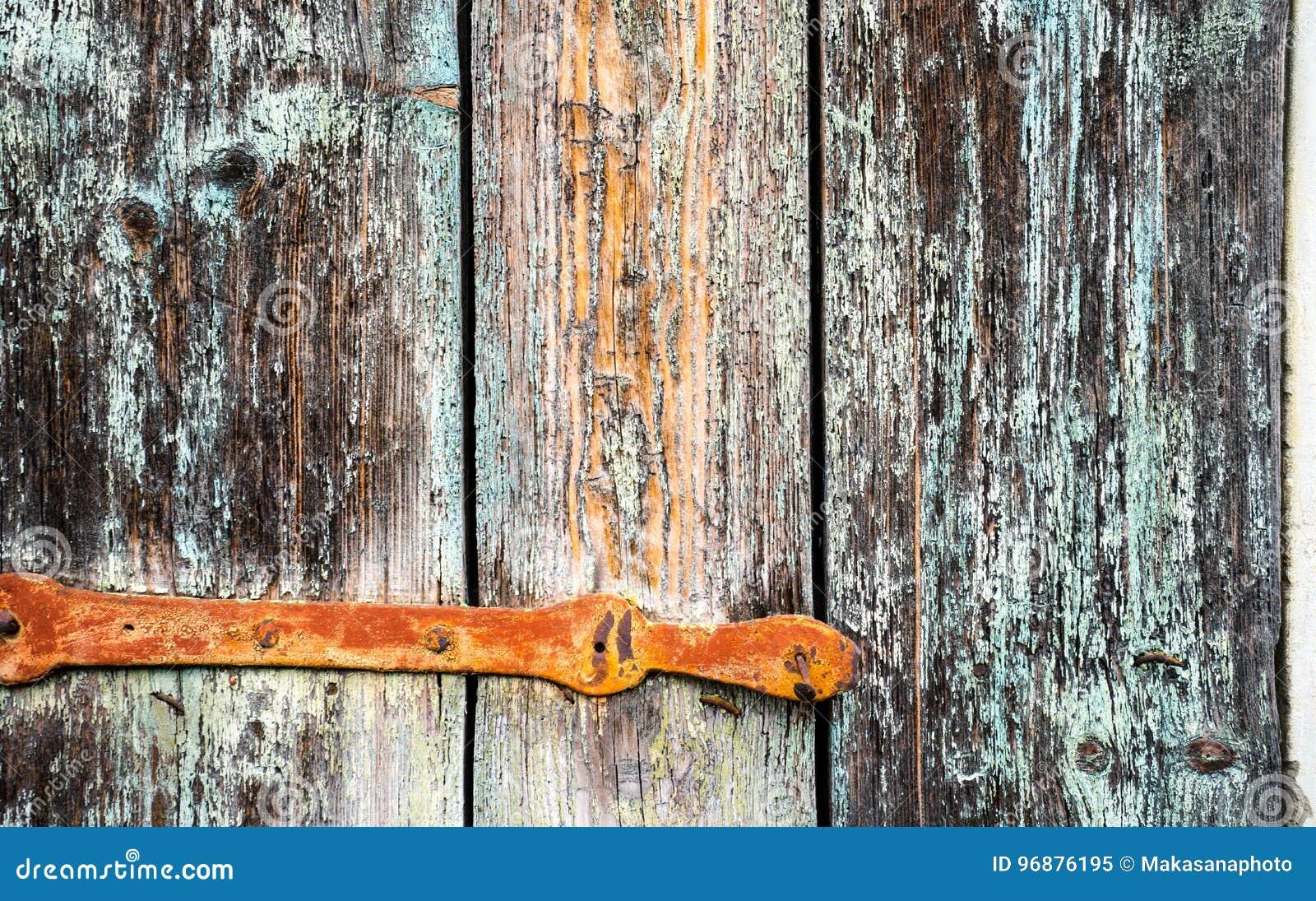 Szczegół stara drewniana żaluzja z metalu zawiasem