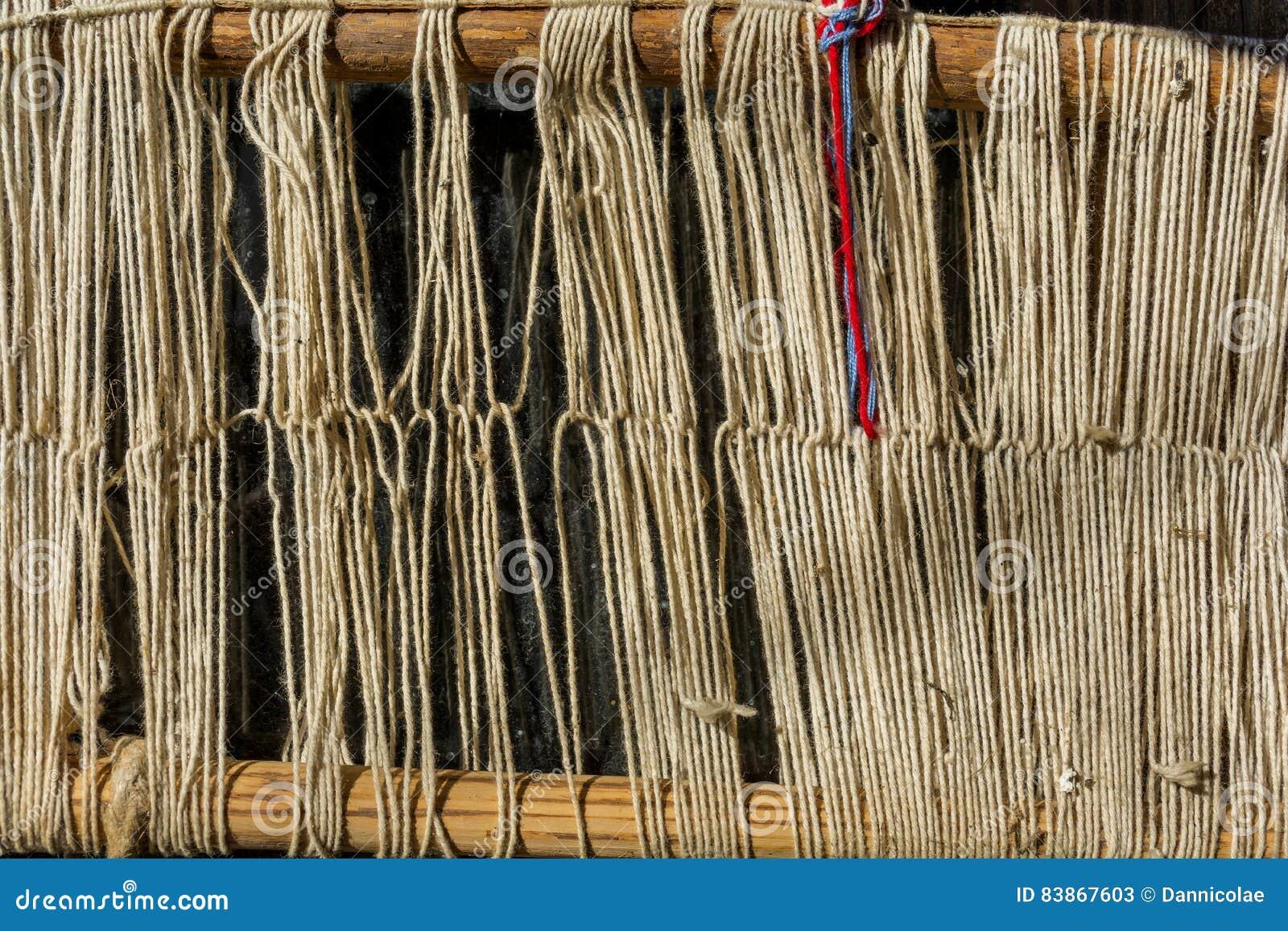Szczegół stary tradycyjny tkactwa krosienko, wahadłowiec na łoktuszy i Tkactwa krosienko dla domowej roboty na rocznika tle