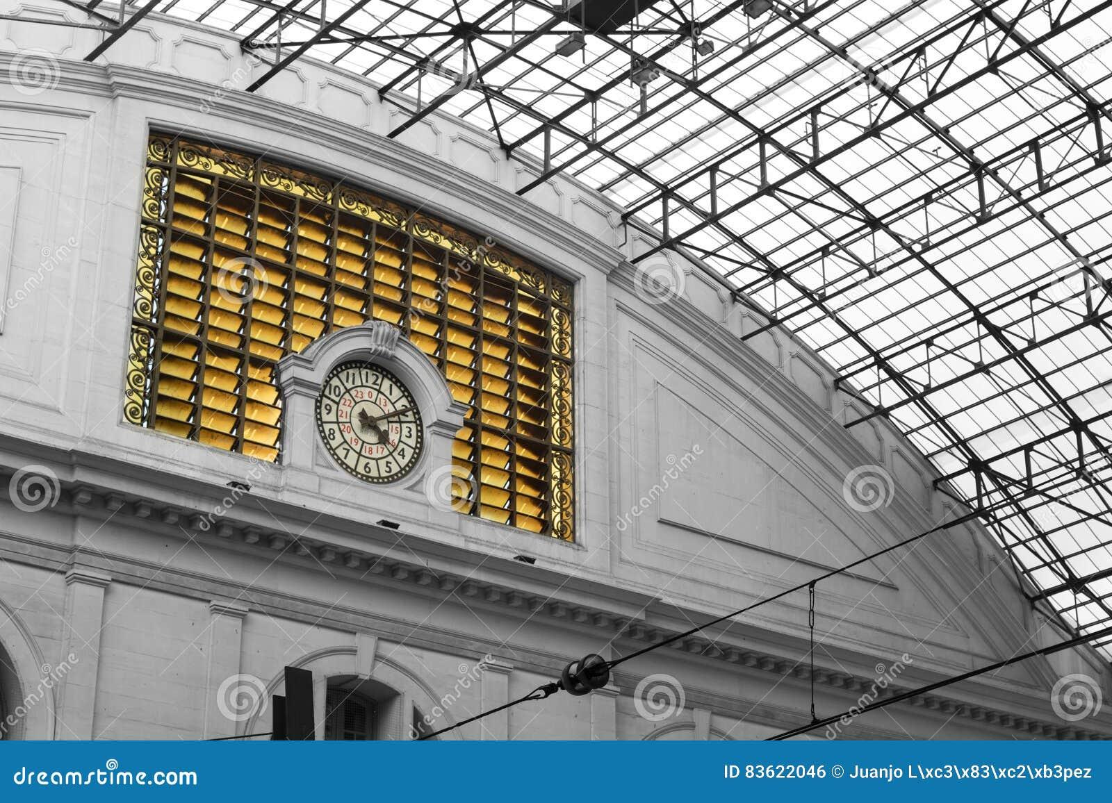 Szczegół zegar który jest w budynku taborowa Francja stacja Estacion De Frans w Barcelona