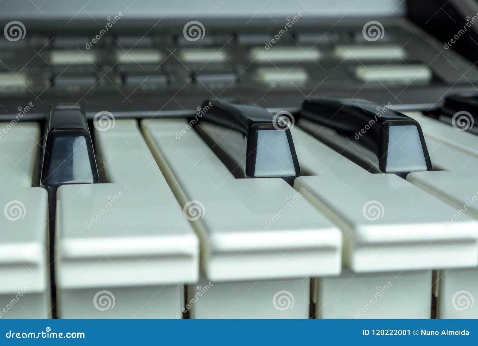 Szczegółowy i zamyka fotografię o fortepianowym klucza tle