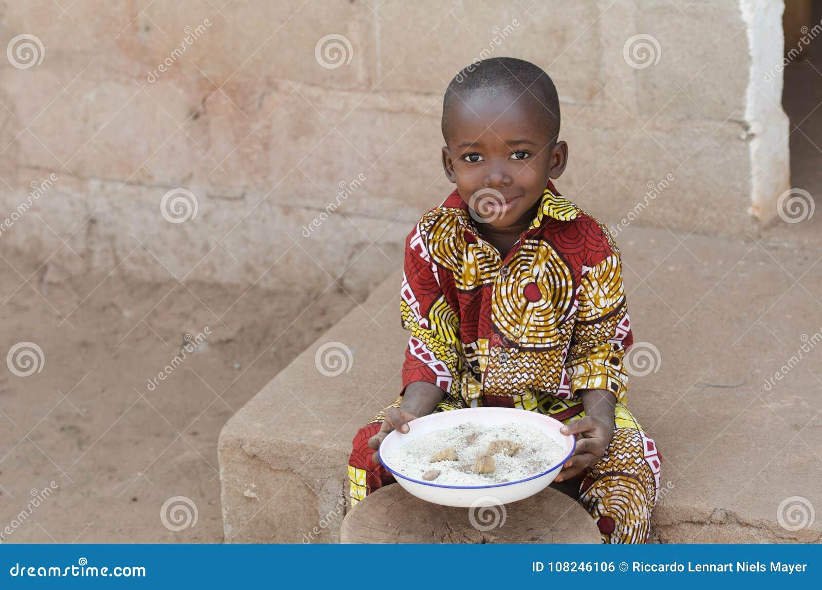 Szczery strzał Mała czarny afrykanin chłopiec Je Rice Outdoors