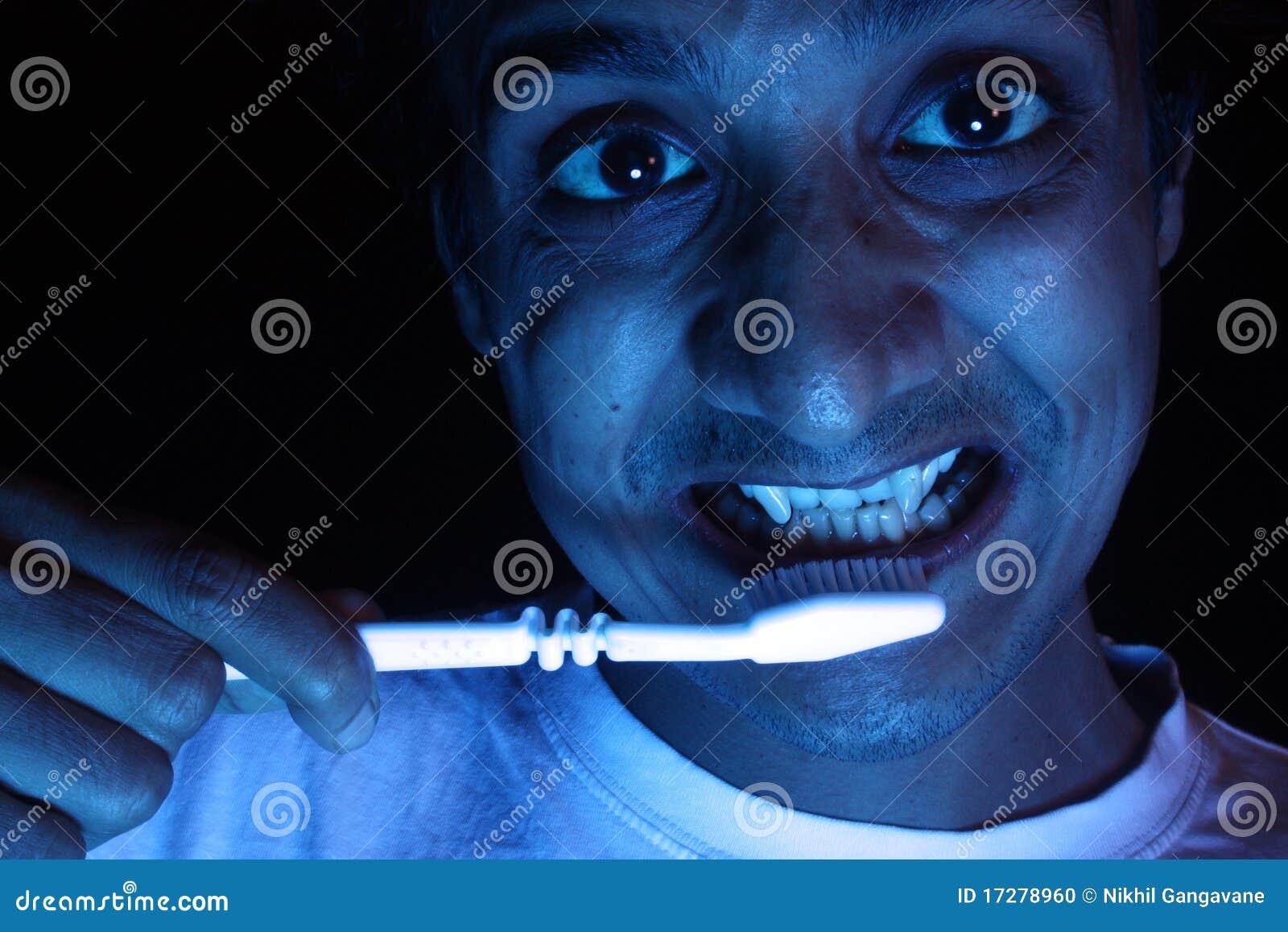 Szczotkuje zębu jego wampira