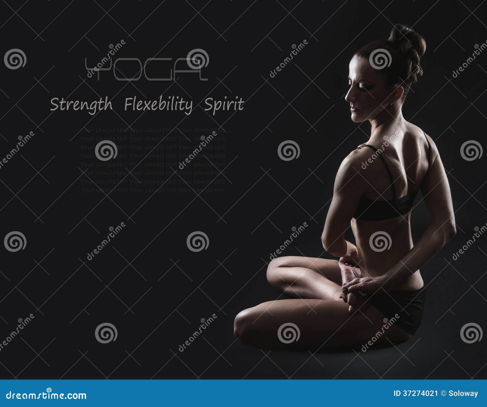 Szczupła kobieta w kręconej joga pozie