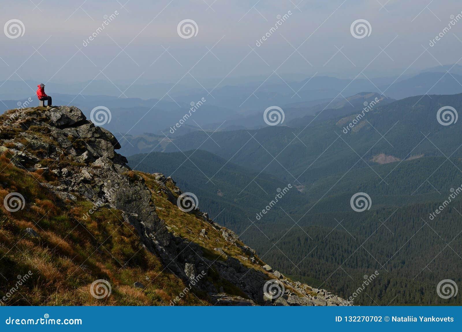 Szczyty Karpackie góry Pasma górskie zakrywający z lasami pod błękitnymi chmurami