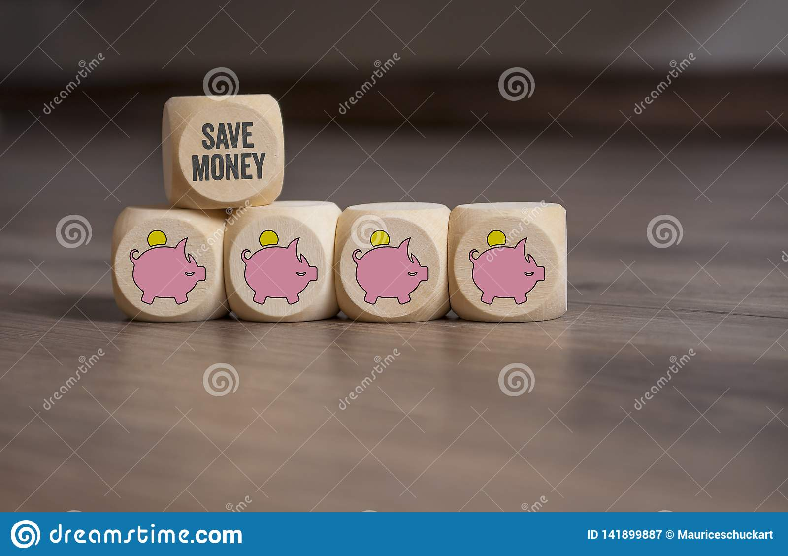 Sześcian kostki do gry z prosiątko bankami oprócz pieniądze i