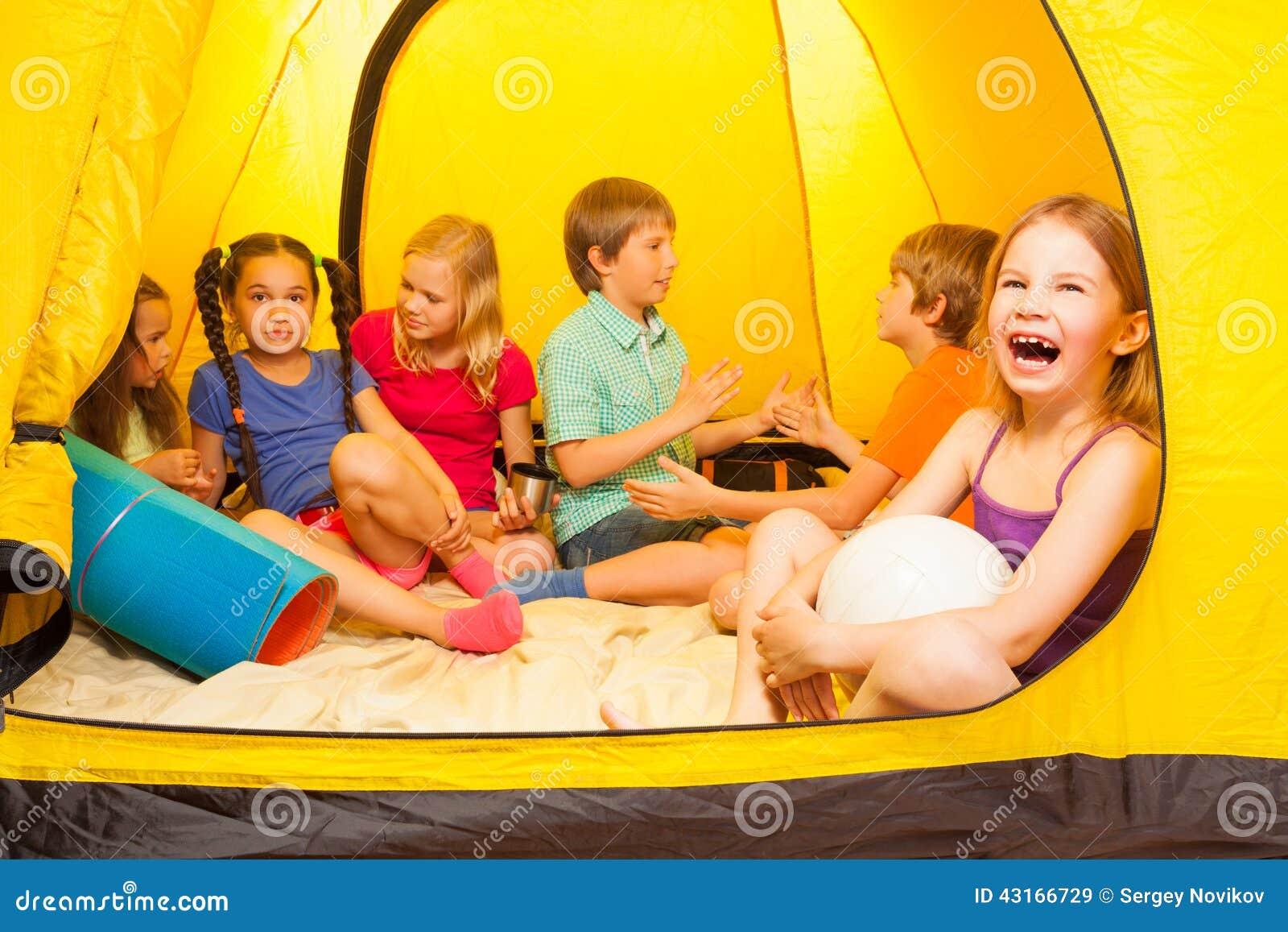 Sześć ładnych dzieciaków w namiocie