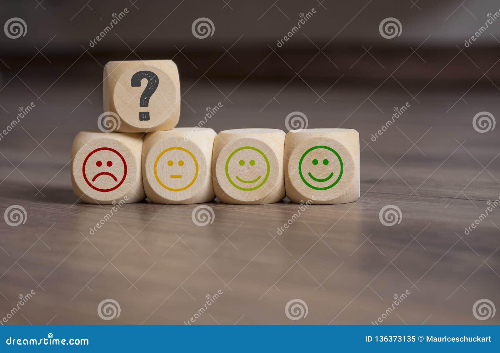 Sześciany, kostki do gry i papierkowa robota z ratingowymi emoticons,