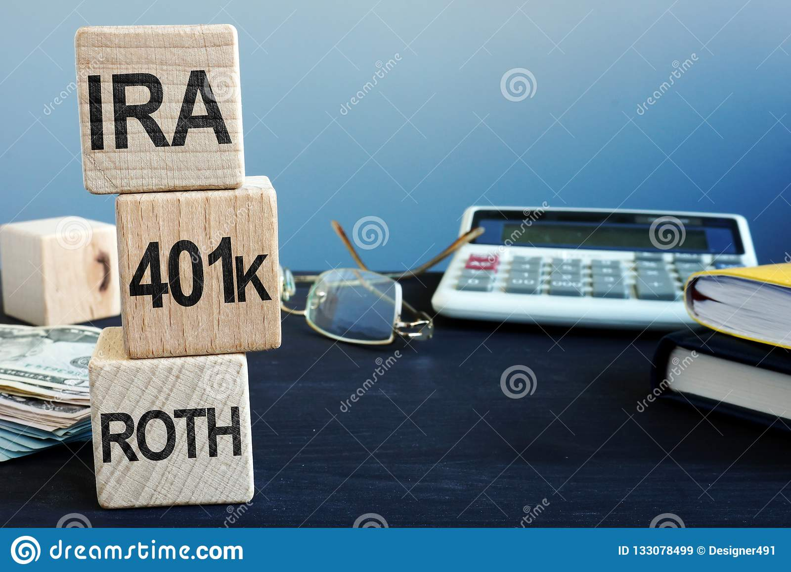 Sześciany z słowami IRA, 401k i ROTH, Emerytura plan
