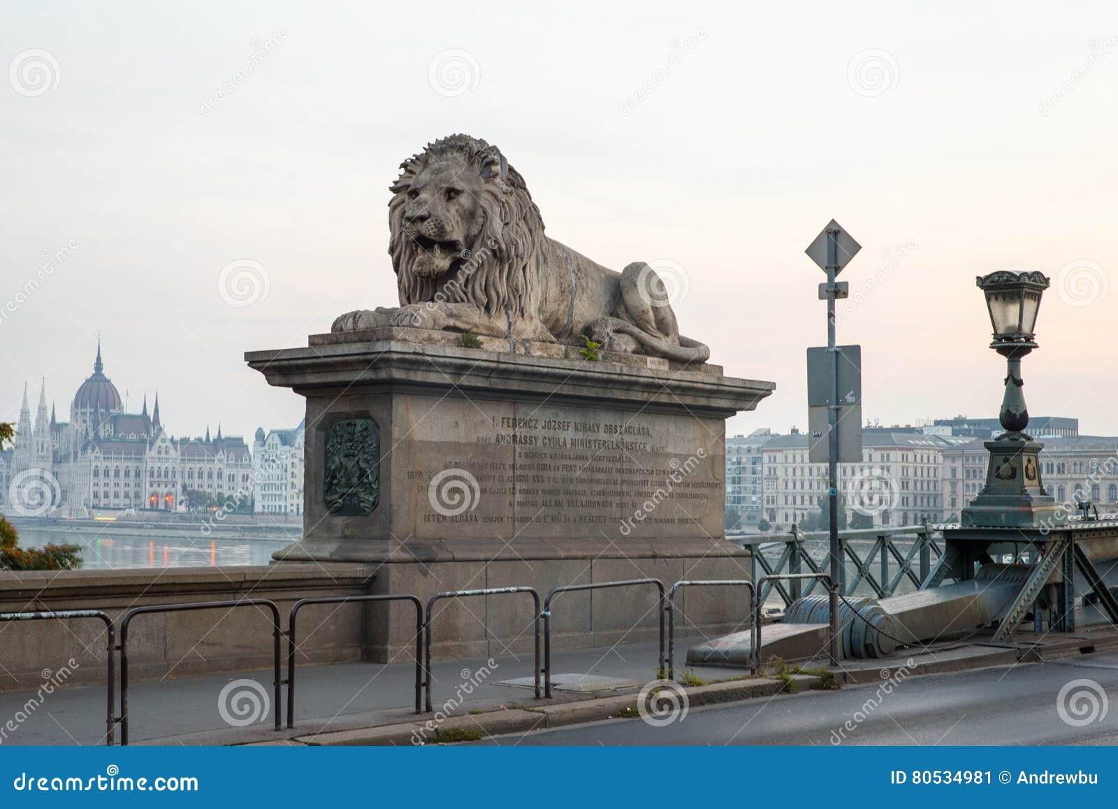 Szechenyi-Brücke in Budapest Ungarn Die schöne Donau die Lieferung verankerte im Kanal