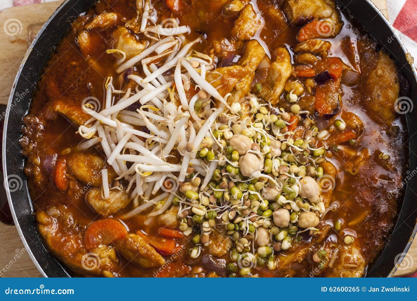 Szechuankip op pan wordt gekookt die