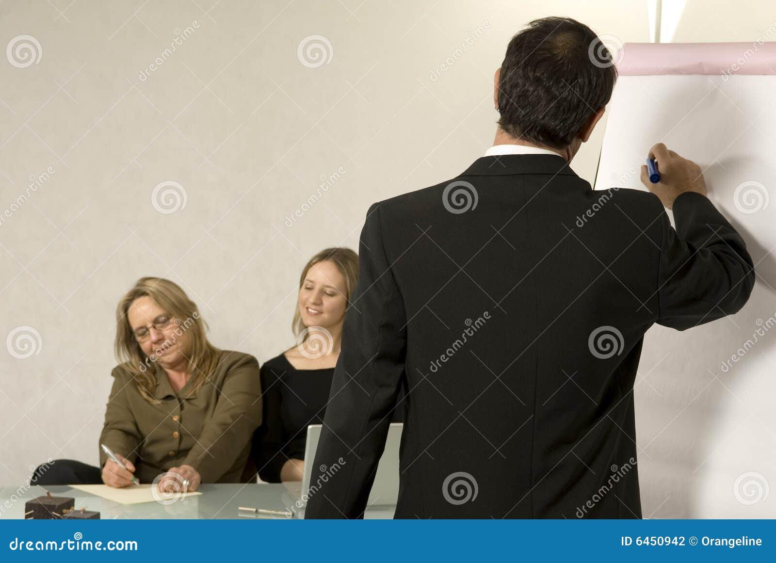 Szef daje biurowej prezentacji