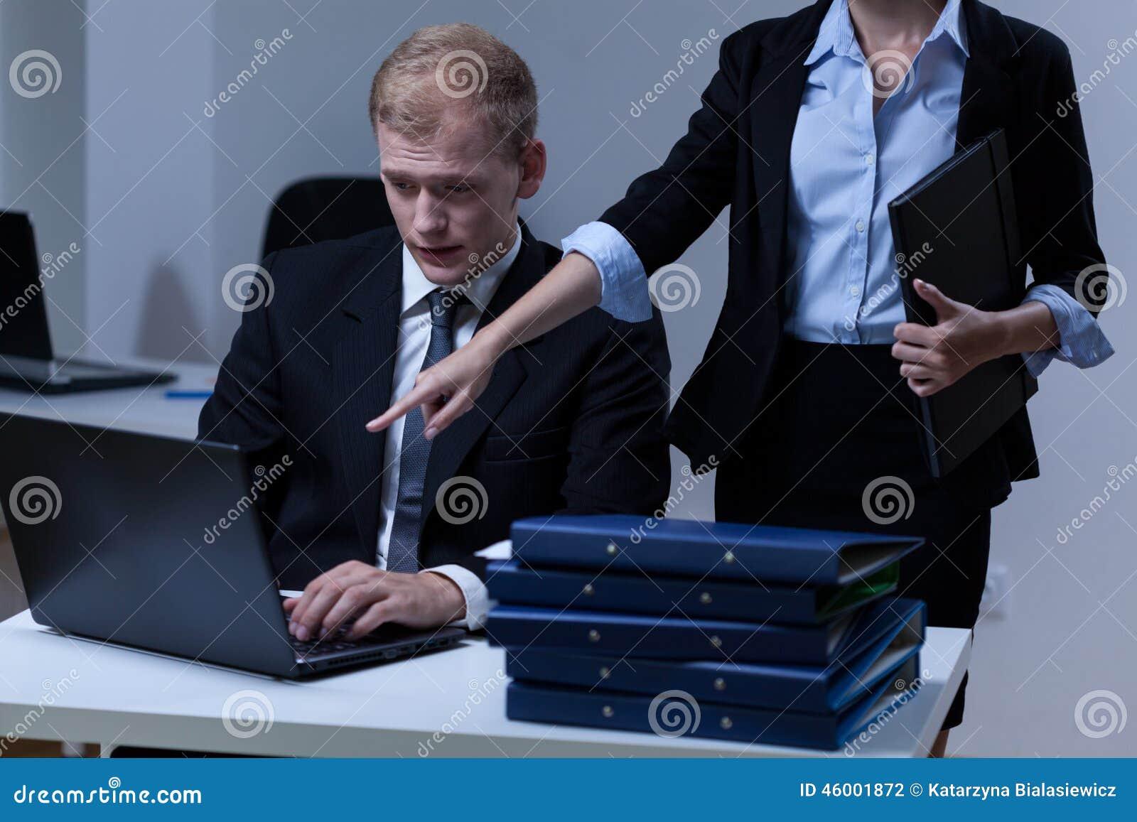 Szef dowodzi jego pracownika