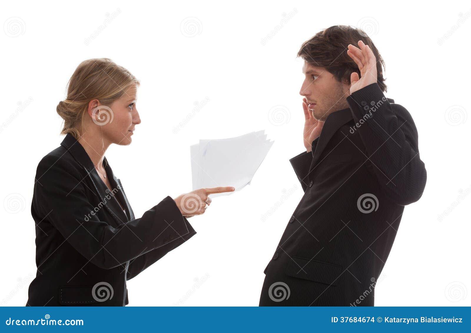 Szef gniewny z jego pracownikiem
