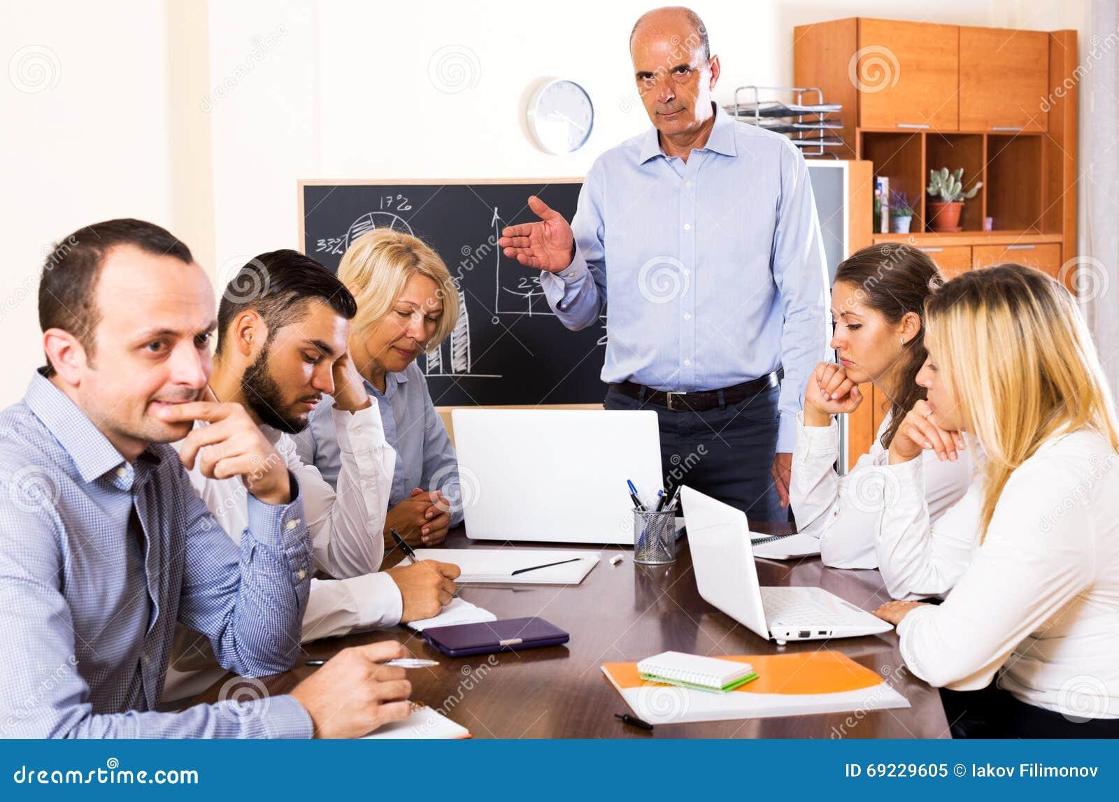 Szef i zaakcentowani pracownicy