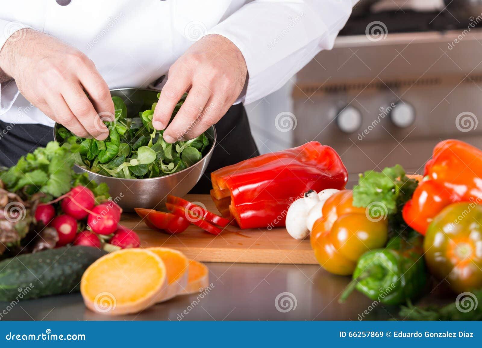 Szef kuchni ciapania warzywa