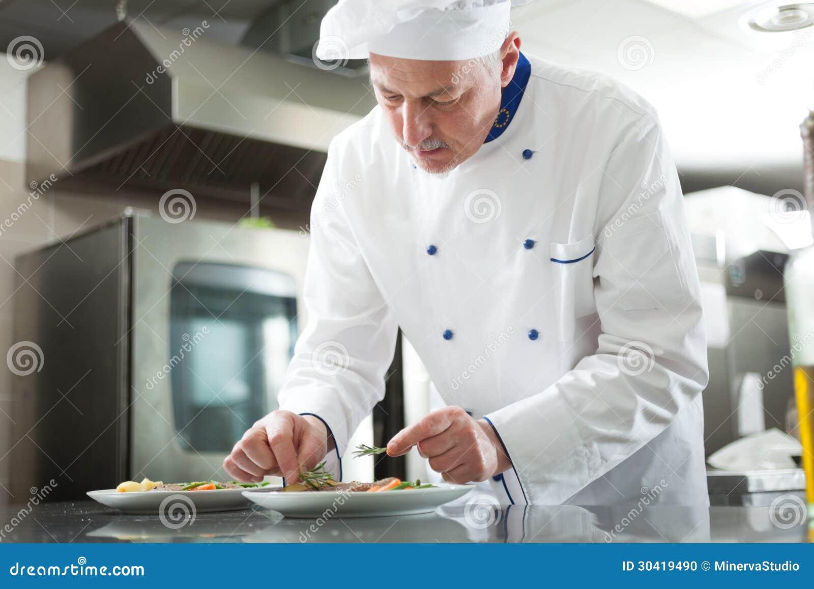 Szef kuchni garniruje naczynie