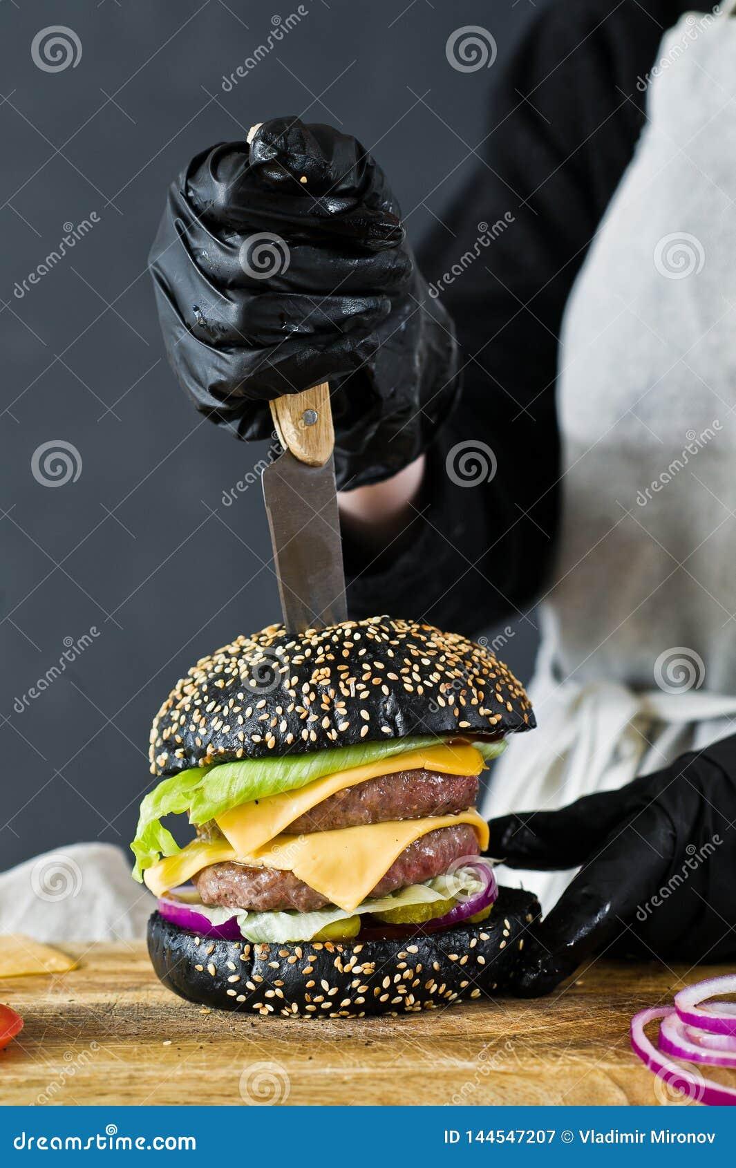 Szef kuchni gotuje soczystego hamburger Pojęcie gotować czarnego cheeseburger Domowej roboty hamburgeru przepis