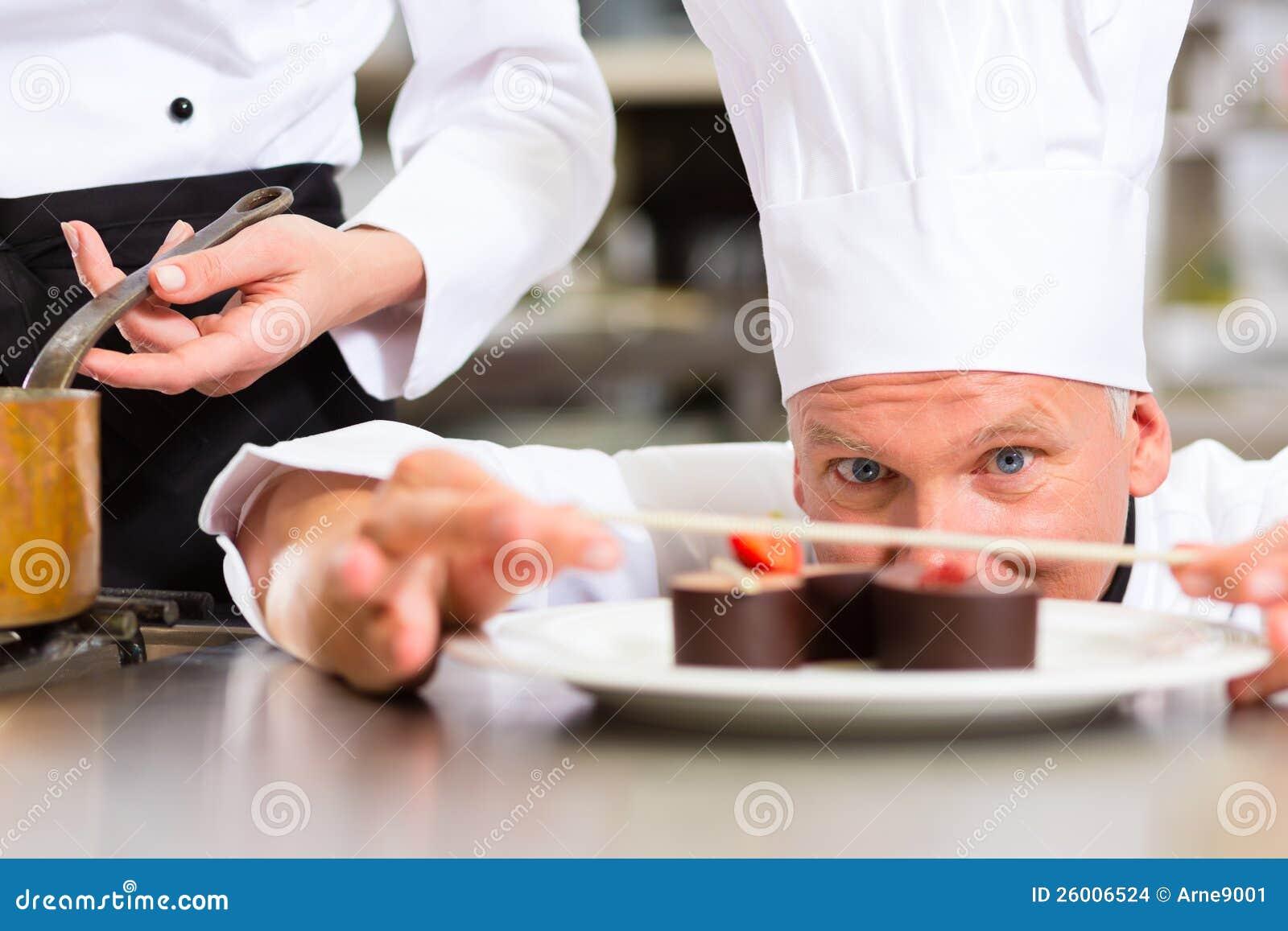 Szef kuchni jako Patissier kucharstwo w Restauracyjnym deserze