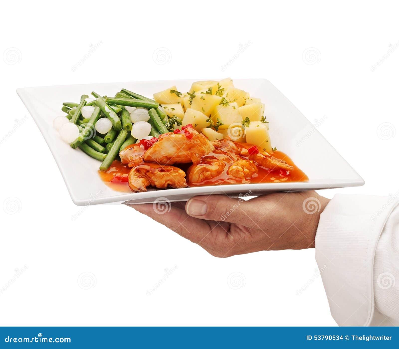 Szef kuchni porci jedzenie na talerzu