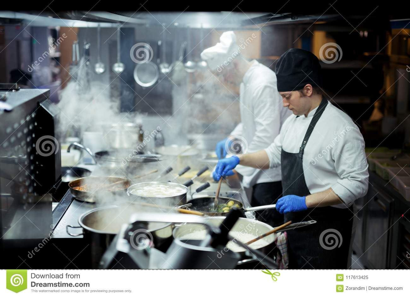 Szef kuchni pracuje na kuchni