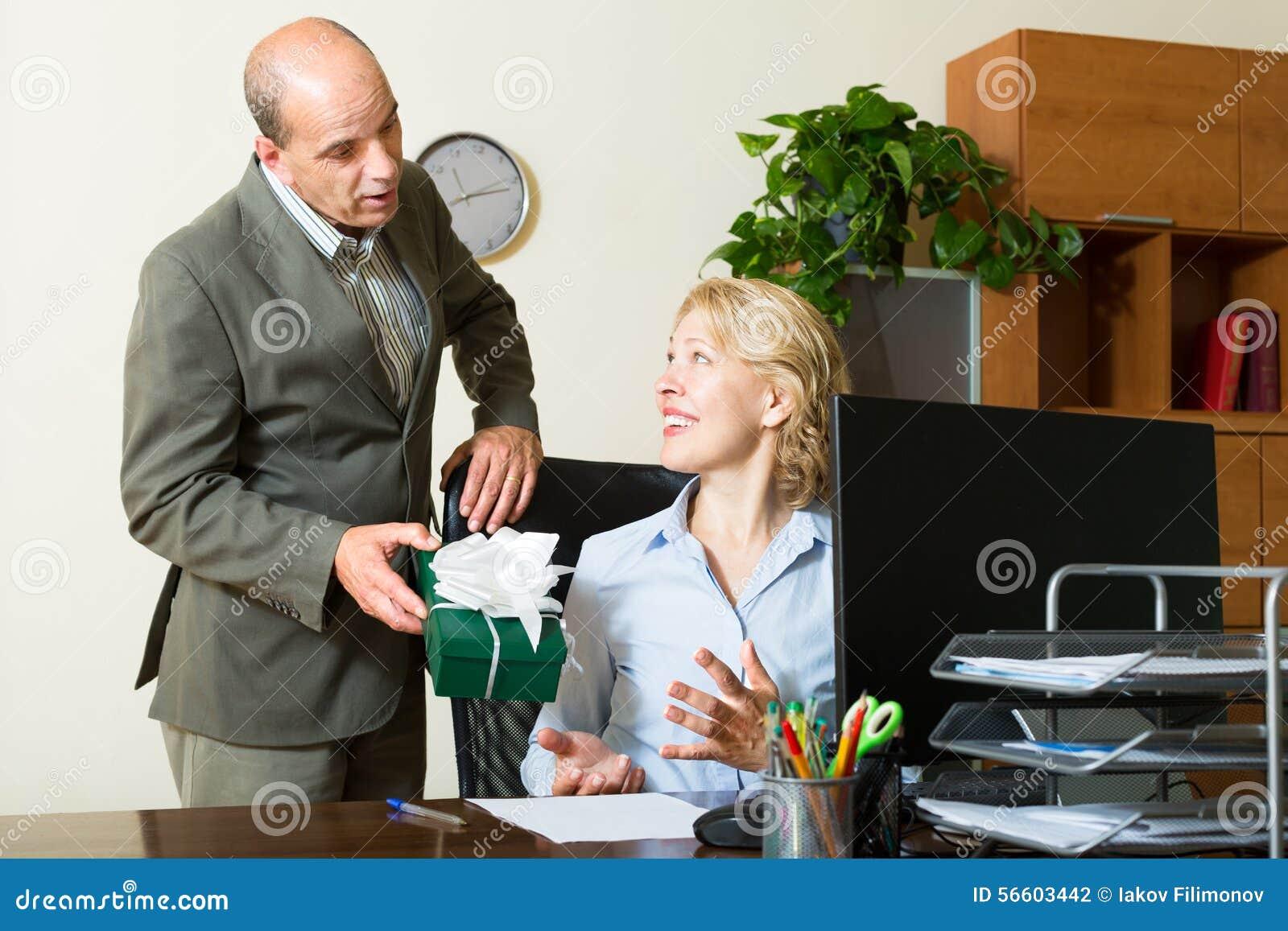 Szef kuchni przedstawia prezent sekretarka