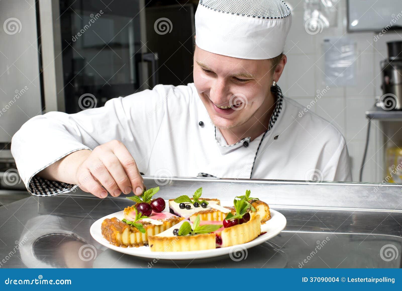 Download Szef Kuchni Przygotowywa Posiłek Zdjęcie Stock - Obraz złożonej z aged, profesjonalista: 37090004