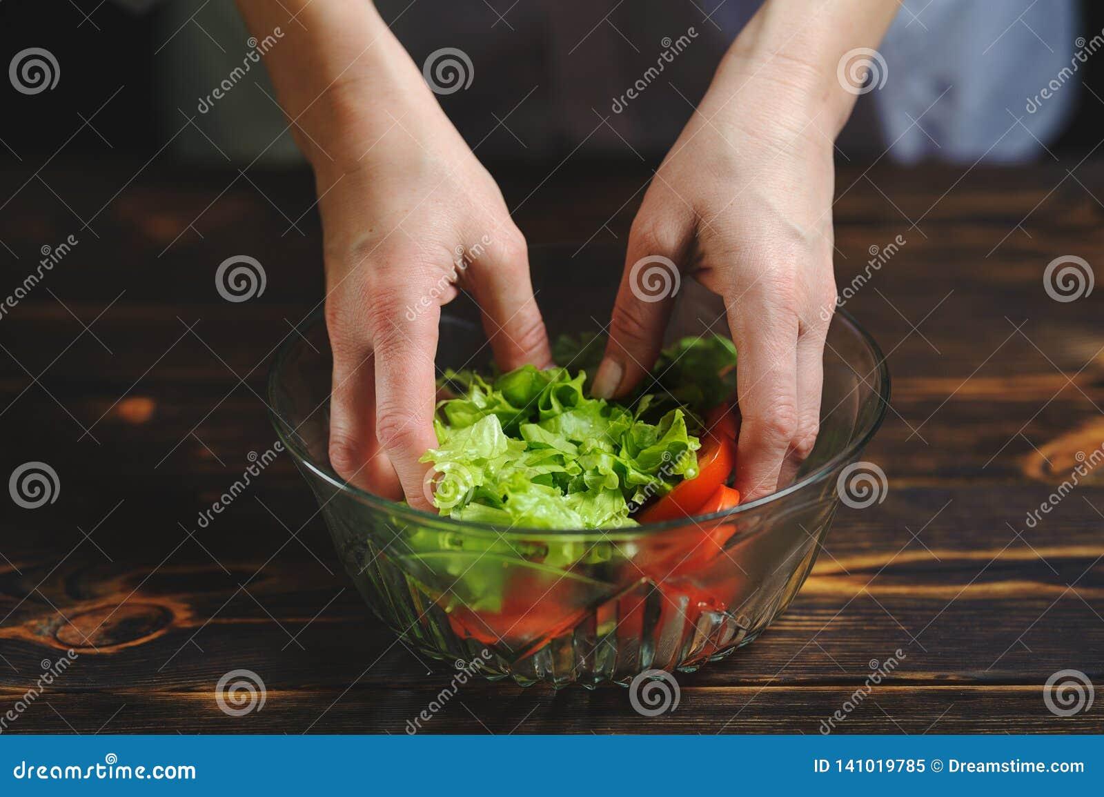 Szef kuchni przygotowywa sałatki warzywa