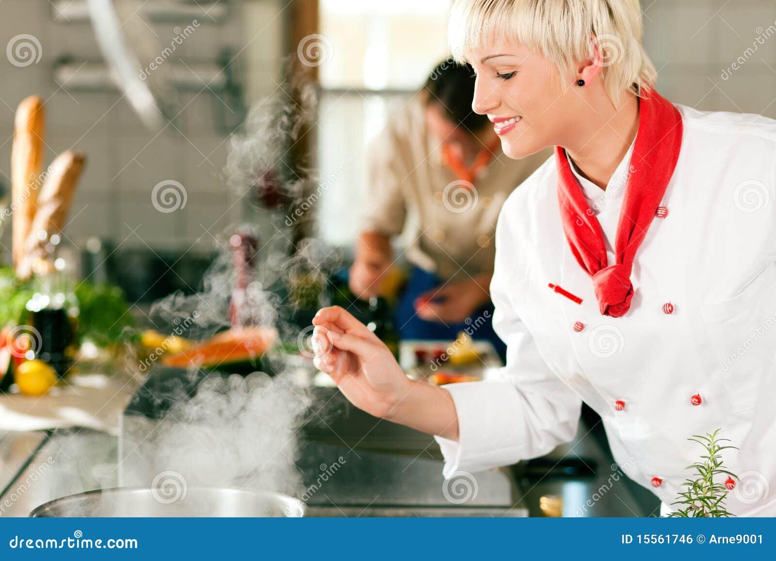 Szef kuchni target1630_1_ hotelową kuchenną restaurację