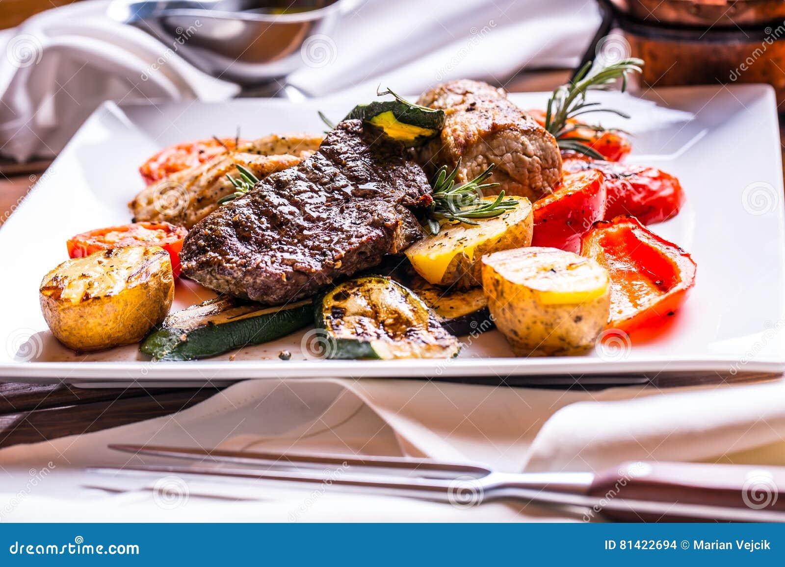 Szef kuchni w hotelowych lub restauracyjnych kuchennych kulinarnych rękach tylko Przygotowany wołowina stek z jarzynową dekoracją