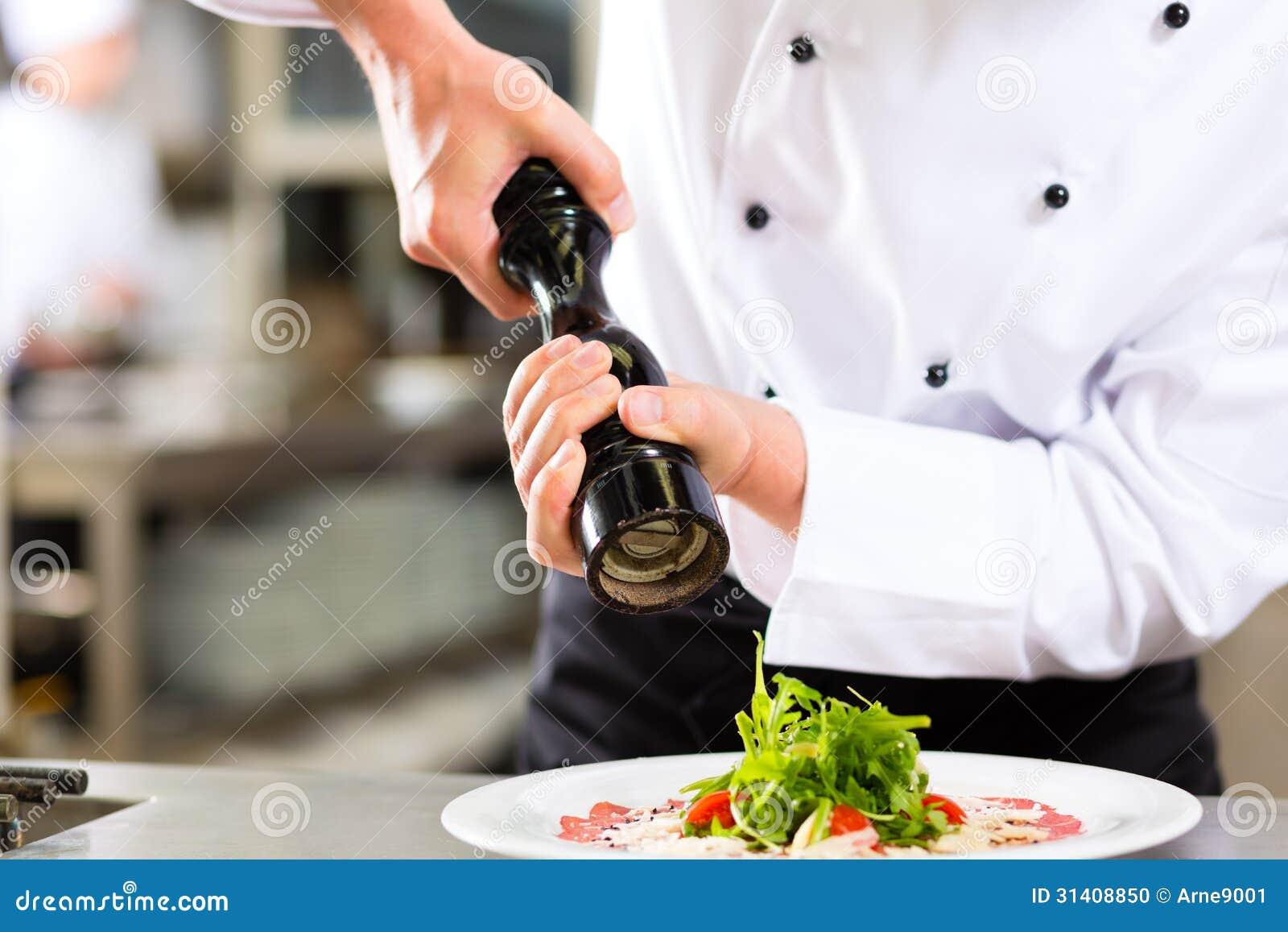 Szef kuchni w hotelowym lub restauracyjnym kuchennym kucharstwie