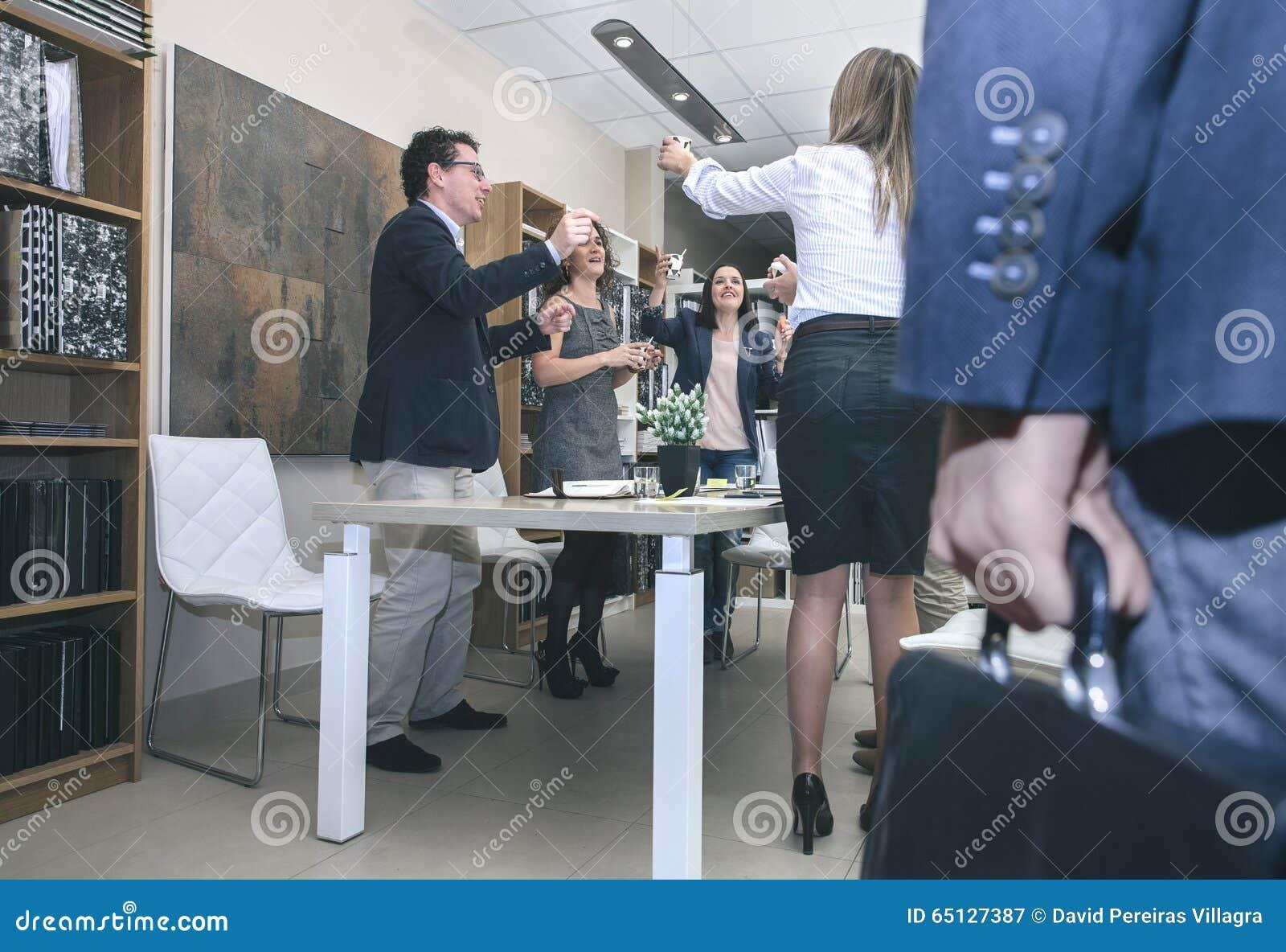 Szef przyjeżdża biuro podczas gdy pracowników świętować