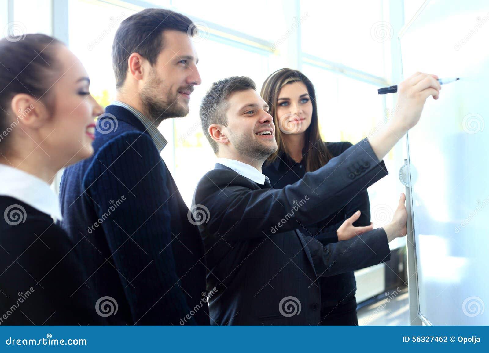 Szef zbiera jego kierowników dla spotkania