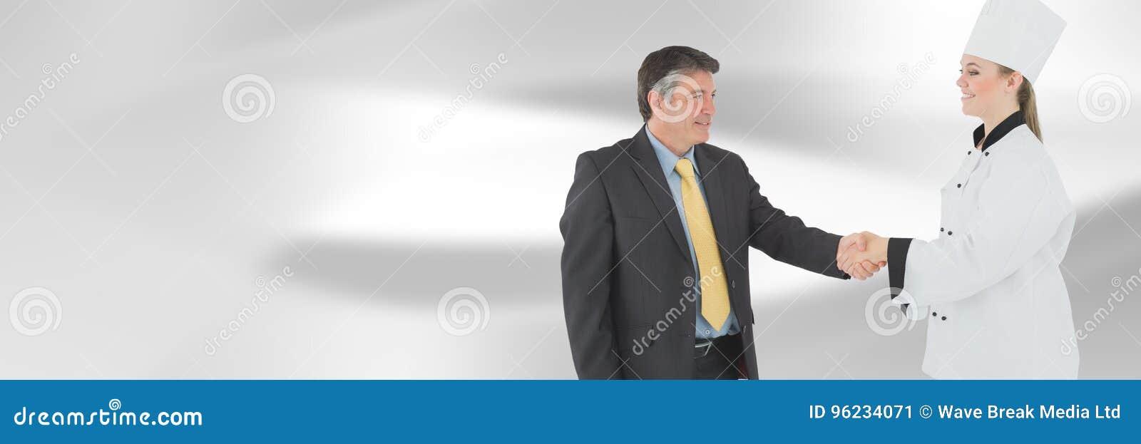 Szefa kuchni i kierownika chwiania ręki z zamazanym tłem