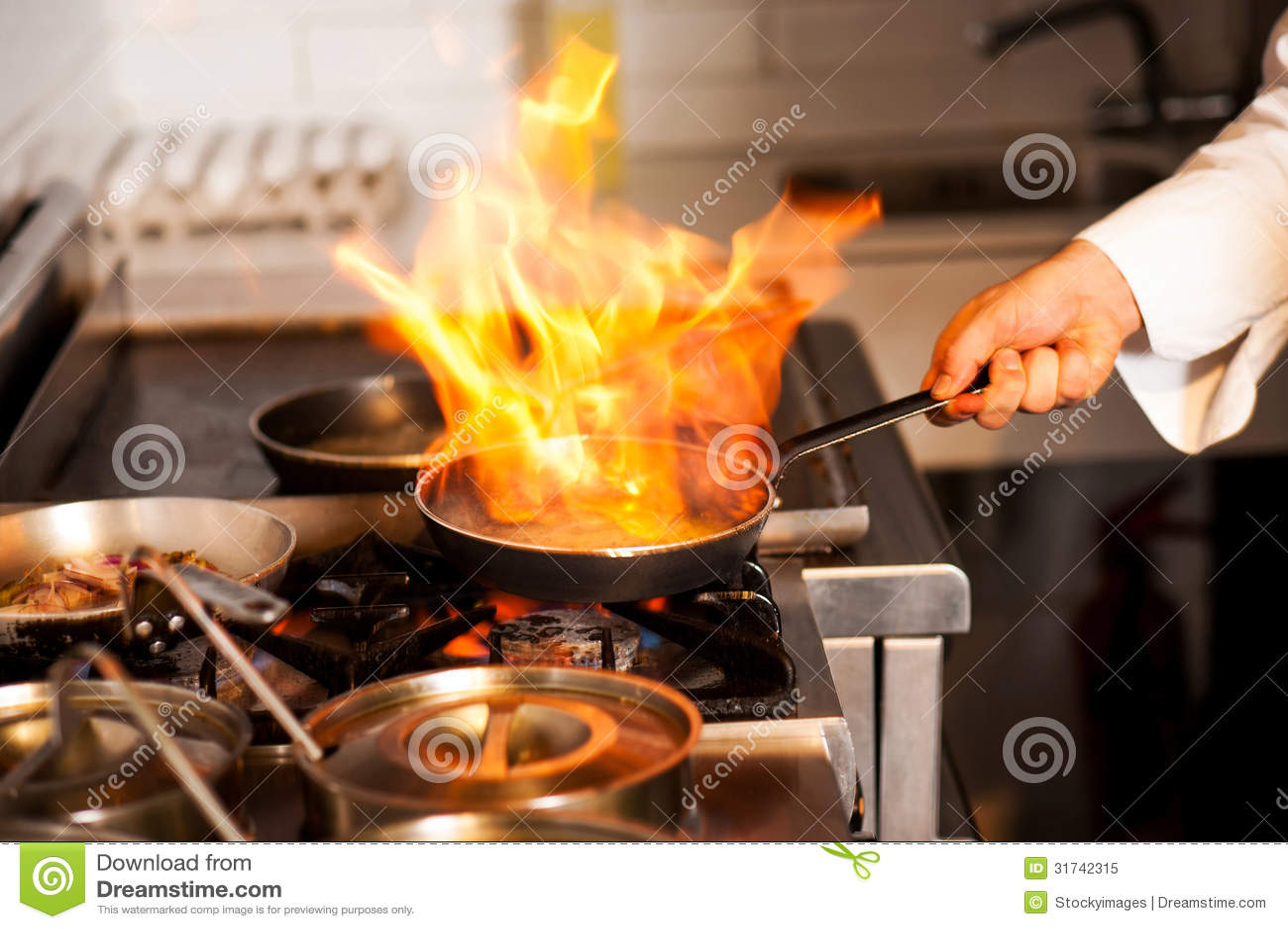 Szefa kuchni kucharstwo w kuchennej kuchence