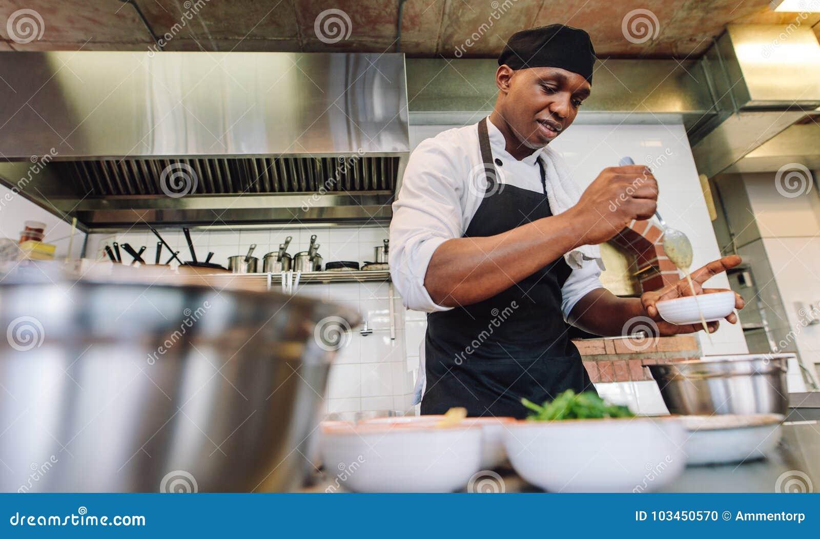 Szefa kuchni kulinarny jedzenie w restauracyjnej kuchni