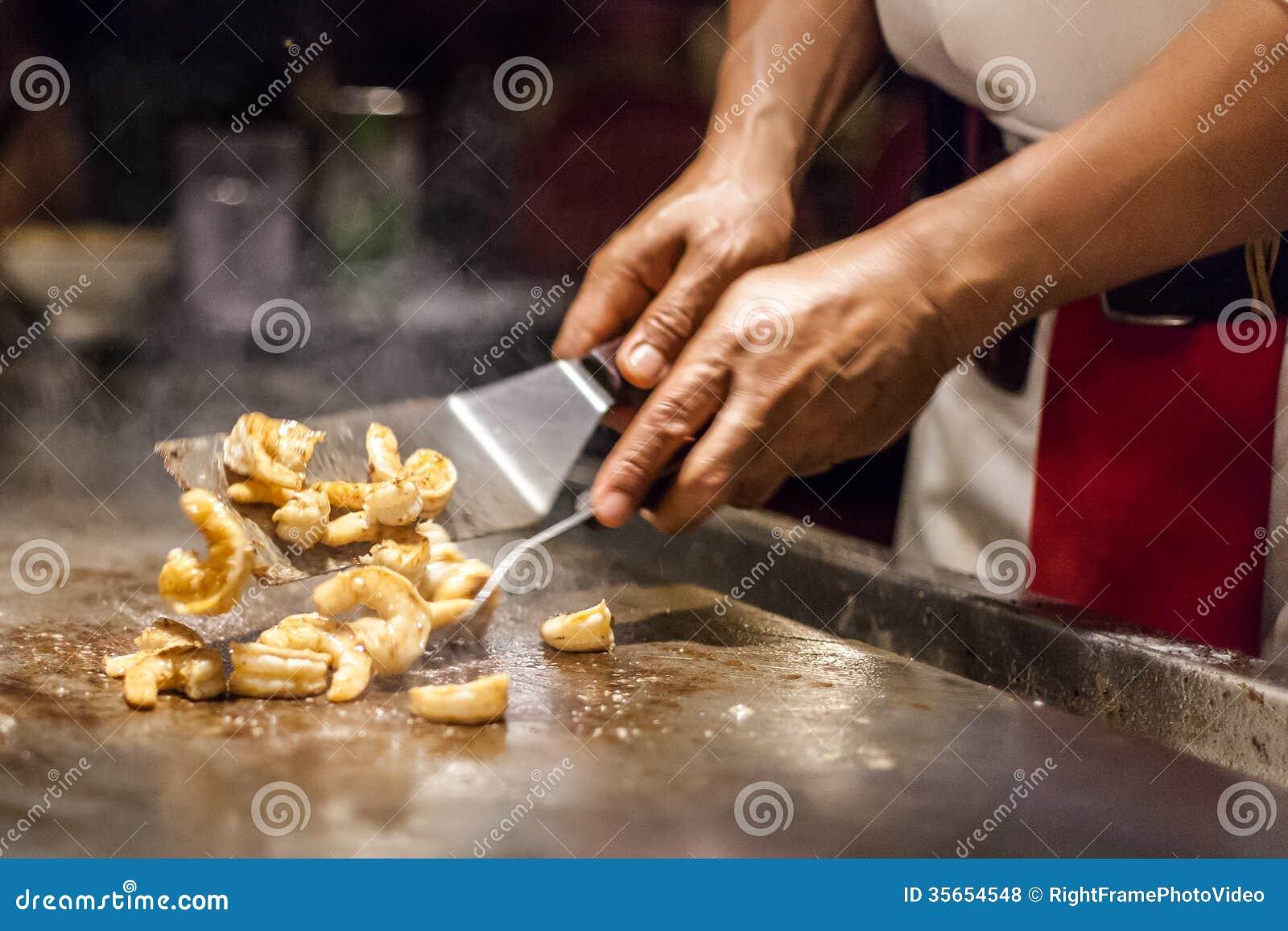 Szefa kuchni narządzania czosnku garnela