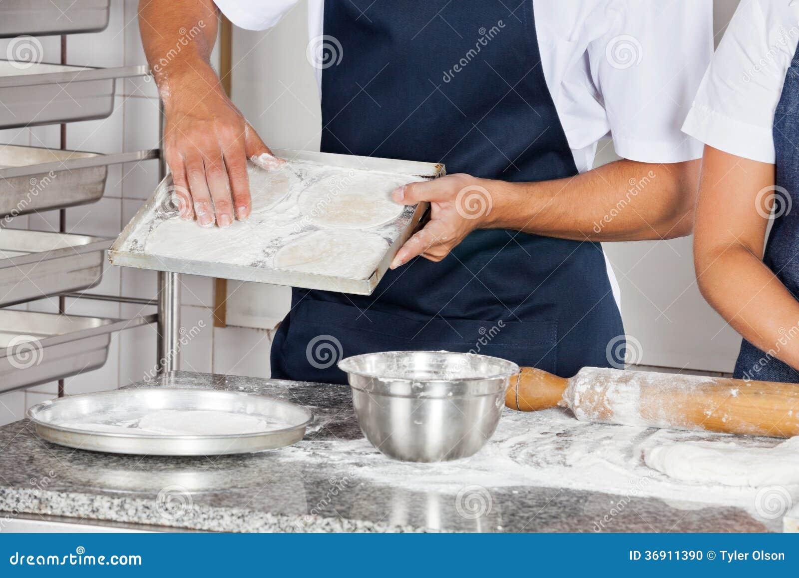 Szefowie kuchni Pracuje W Restauracyjnej kuchni