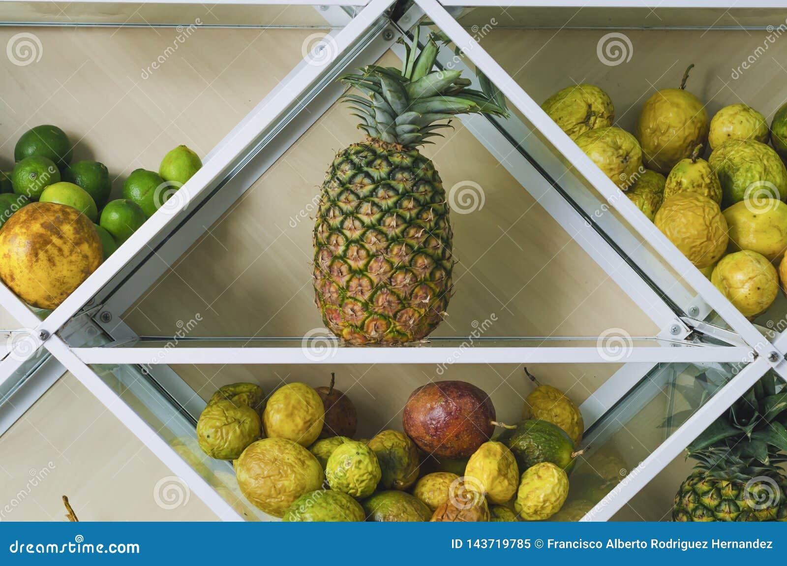 Szelfowy pełny świeże tropikalne owoc
