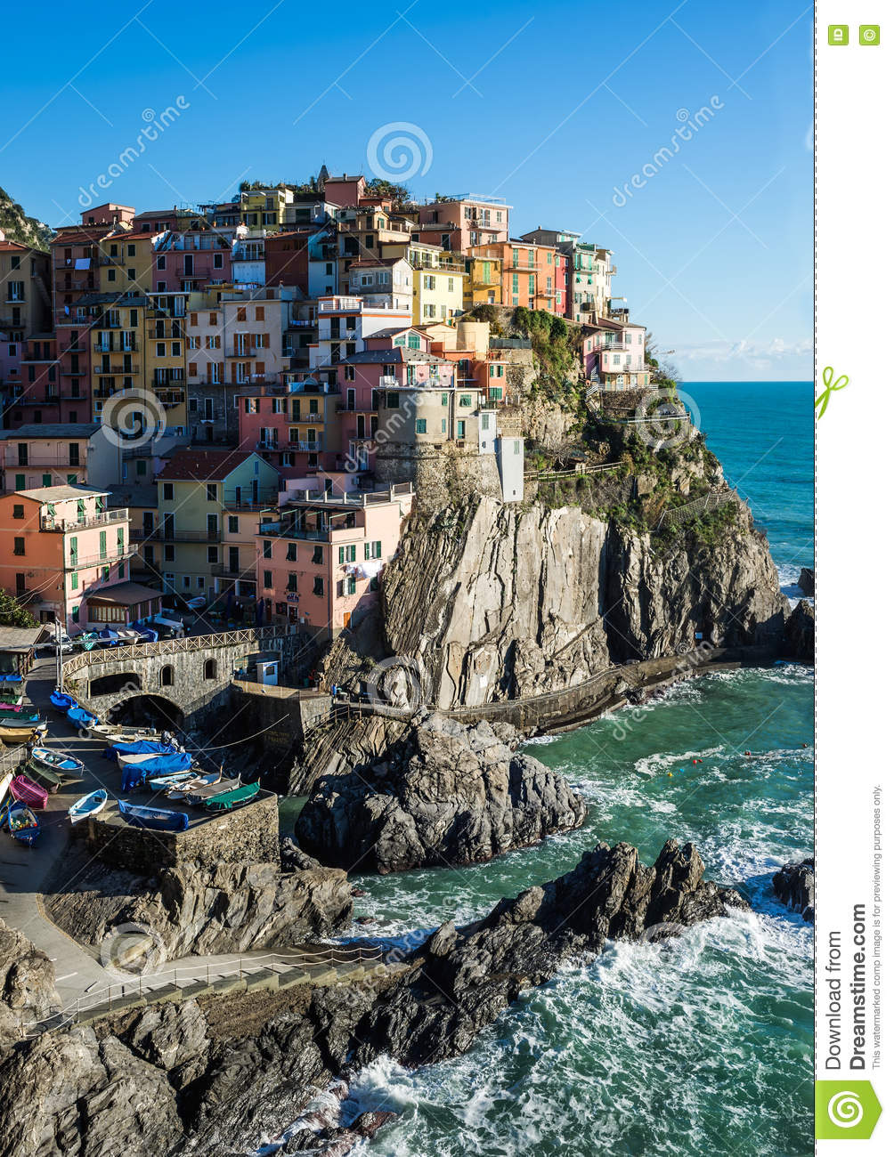 szenische ansicht von manarola dorf und von meer in ligurien region cinque terre nord italien. Black Bedroom Furniture Sets. Home Design Ideas