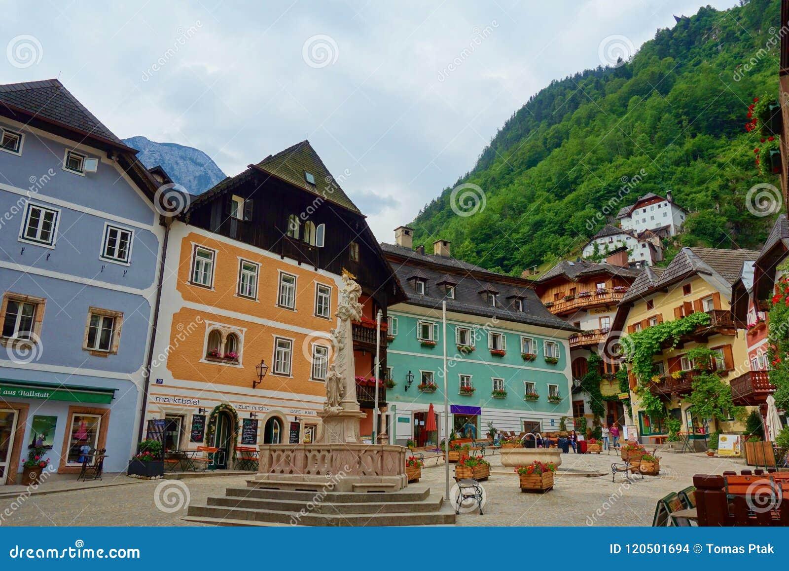 Szenische Ansichtskarteansicht berühmten Hallstatt-Bergdorfes in den österreichischen Alpen am schönen Licht im Sommer, Salzkamme