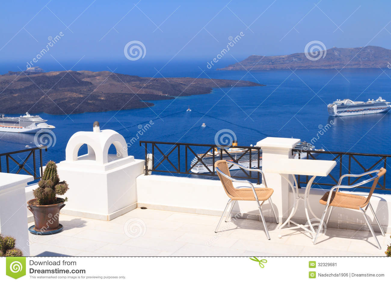 Szenische Cafétabelle in Santorini