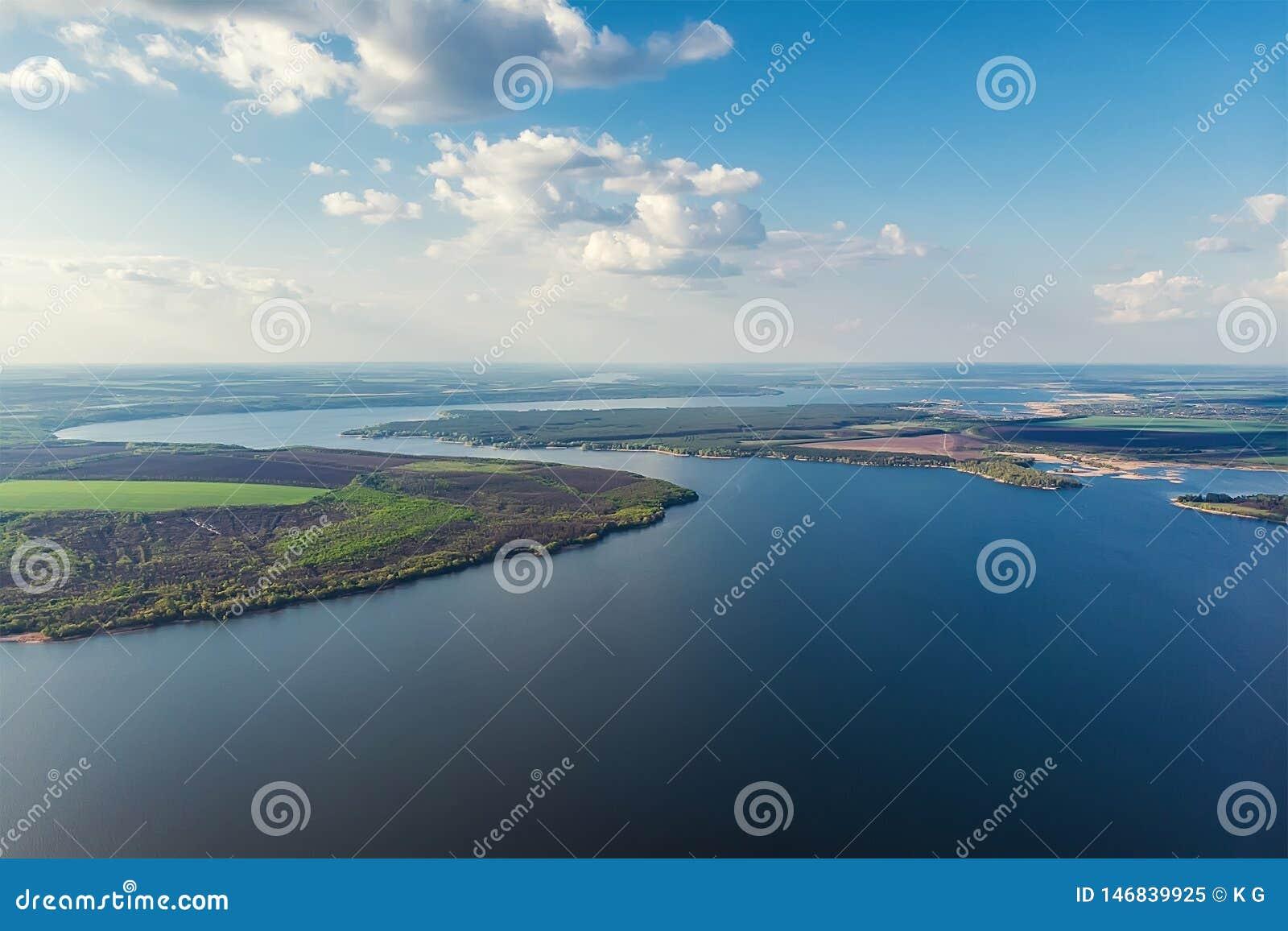 Szenische panoramische von der Luftlandschaft der Oskol-Flusskurve in Osteuropa mit grünem Wald an den Banken und am blauen bewöl