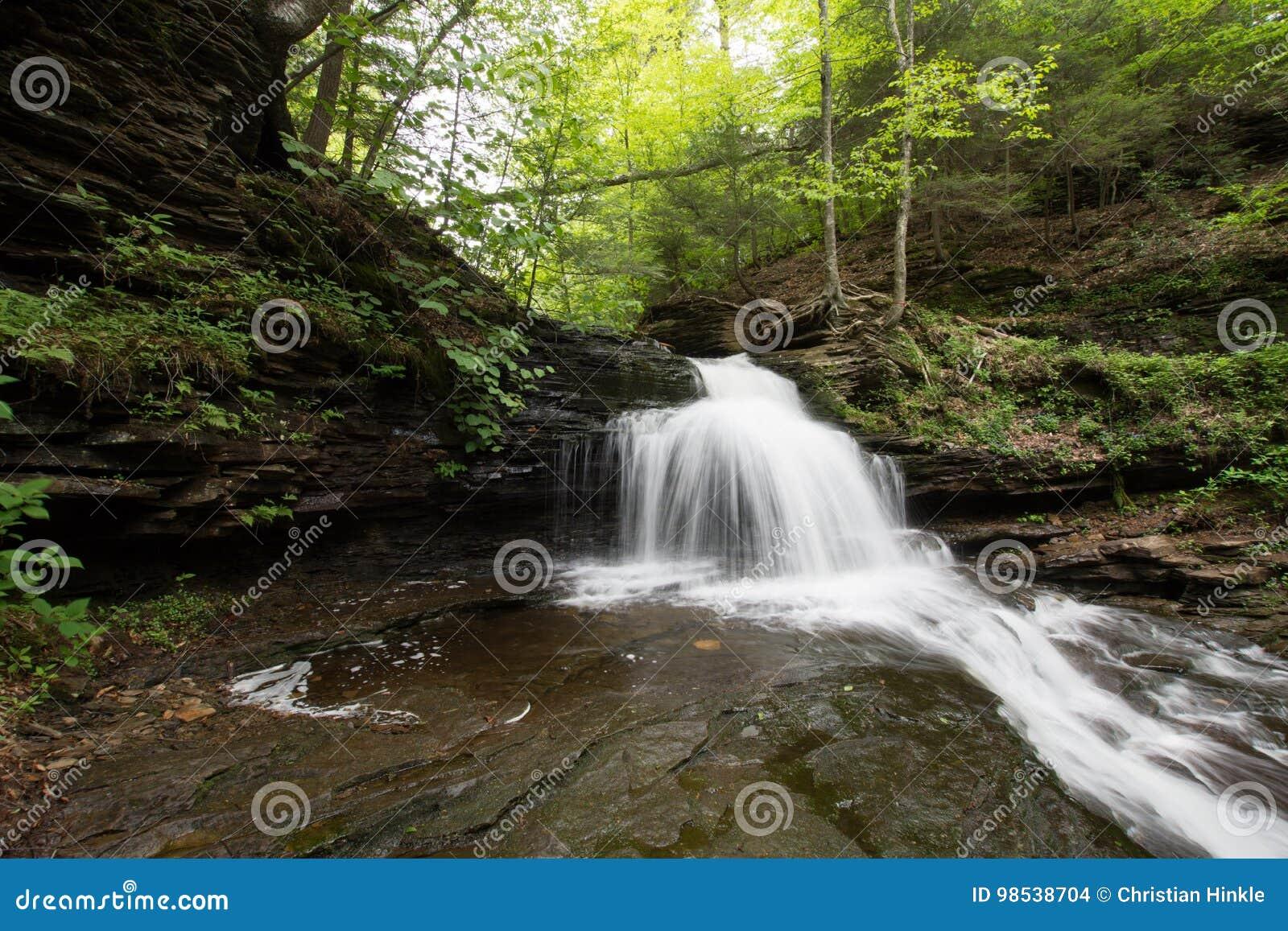 Szenischer Wasserfall in Ricketts Glen State Park im Poconos in P