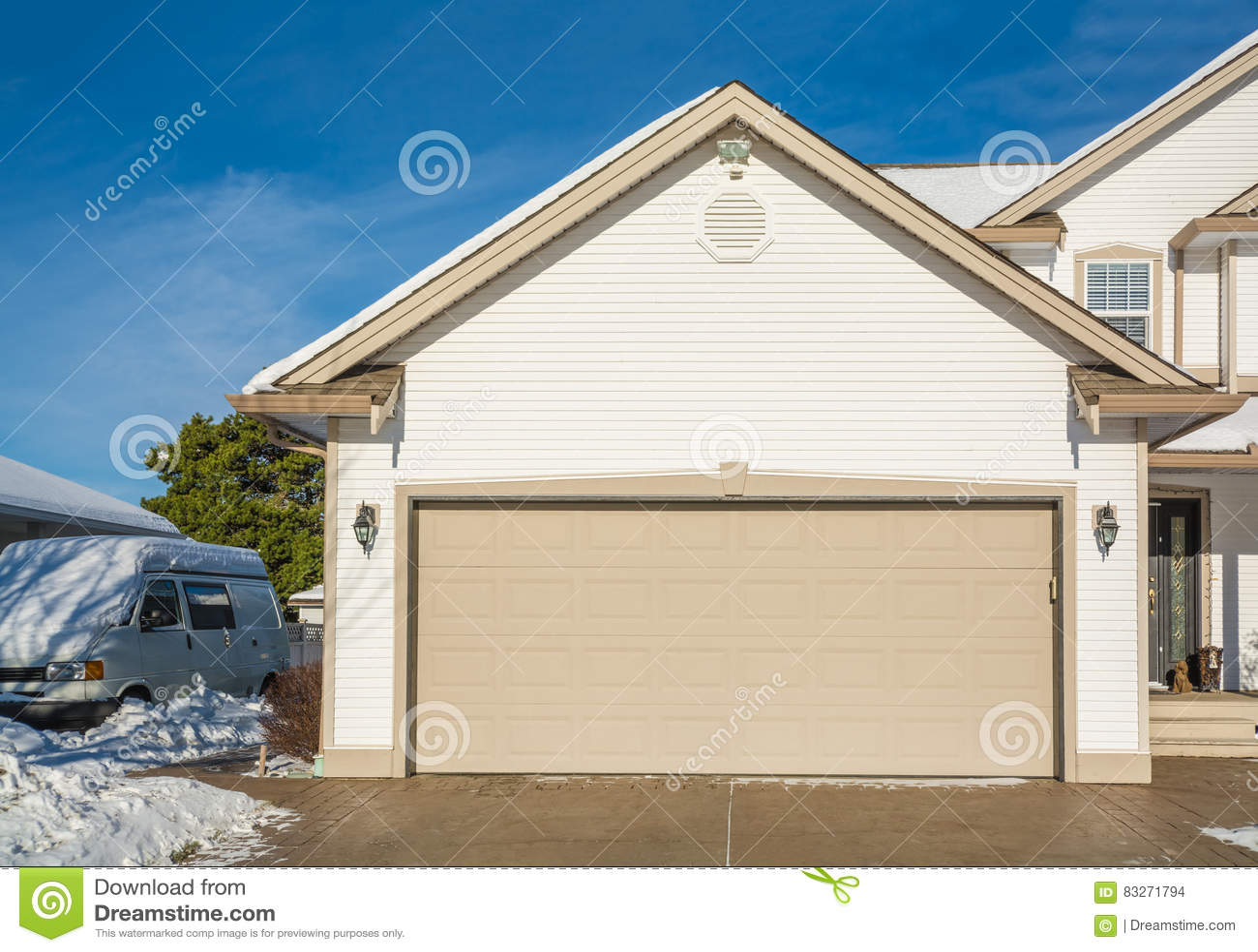 Szeroki garażu drzwi luksusu dom z betonowym podjazdem i RV furgonem parkował w pobliżu