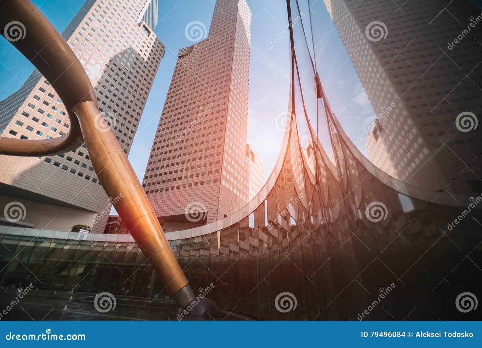 Szeroki kąta widok drapacze chmur w nowożytnym futurystycznym śródmieściu