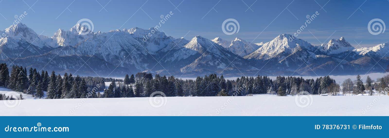 Szeroki panorama krajobraz w Bavaria z alps jeziorem w zimie i górami