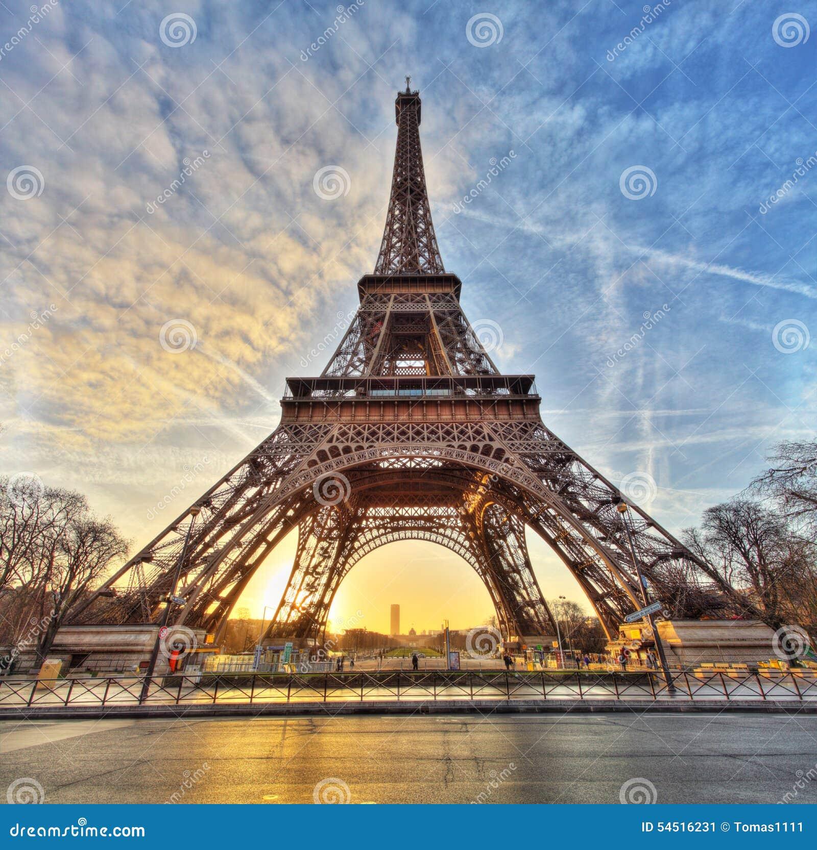 Szeroki strzał wieża eifla z dramatycznym niebem, Paryż, Francja
