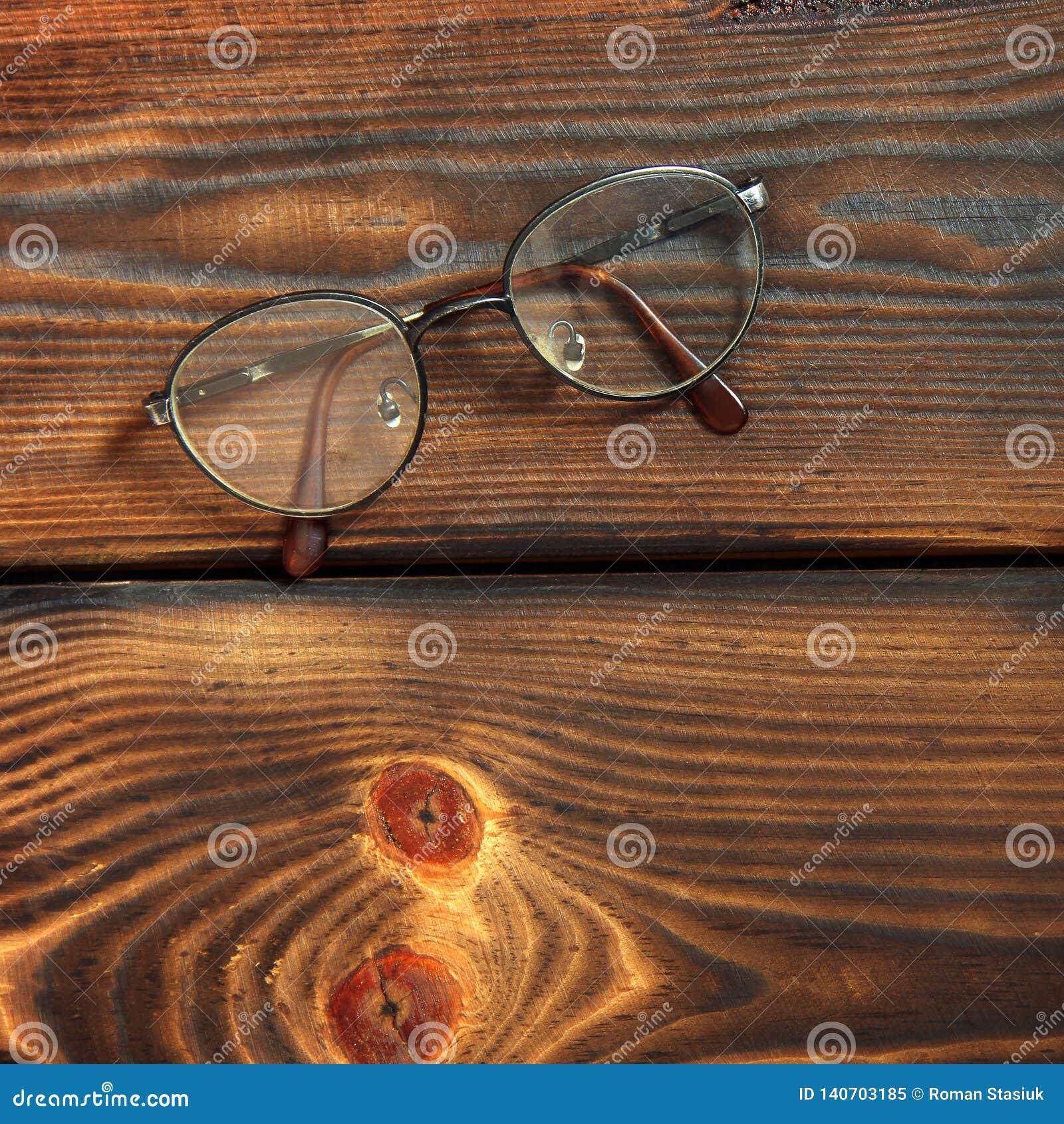 Szkła na drewnianym tle